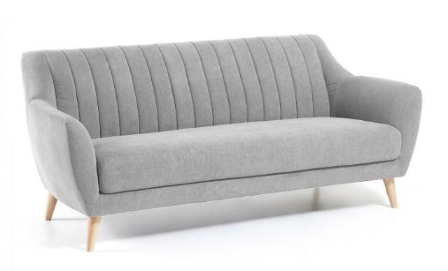 Küçük bir oturma odası için İskandinav tarzı bir kanepe