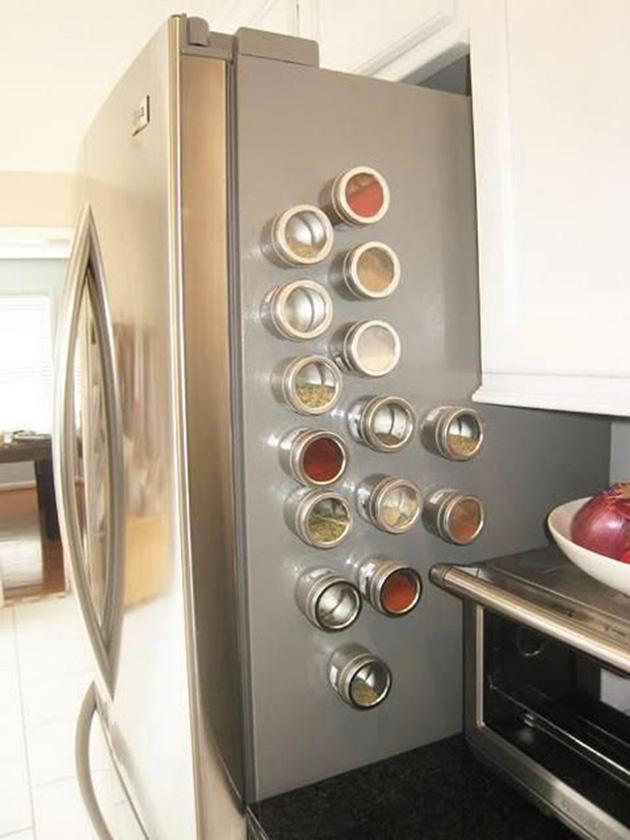 Buzdolabında manyetik baharat kavanozları