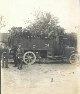 Infanterie mit LKW auf dem Weg zur Front