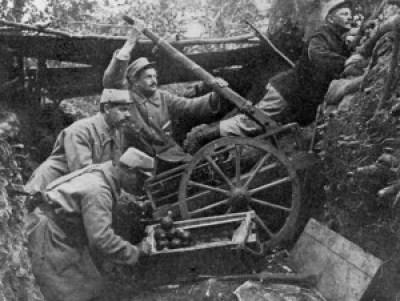 Les troupes françaises rendent service une catapulte pour lancer des grenades à main à la première guerre mondiale