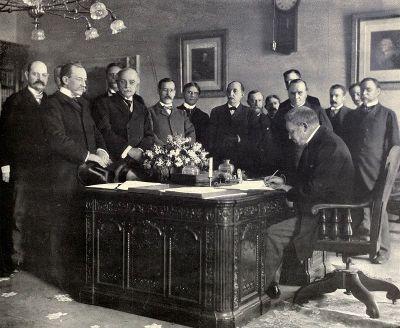 وقع السفير الفرنسي لدى الولايات المتحدة جول كامبون ، التصديق على المعاهدة نيابة عن إسبانيا في 1 مايو 1899