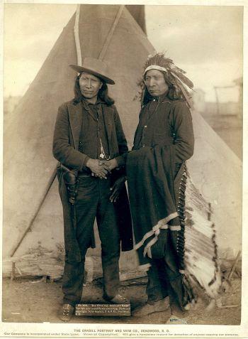 Предводитель Сиоукс Ред Клоуд (справа) и Американ Horse II (1891)