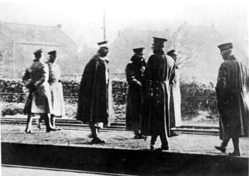 1918年11月10日威廉二世飞行(图片中心或左起第四名)在荷兰流放前不久在比利时 - 荷兰边境过境的平台上飞行