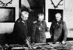 Император Вильгельм II (середина), генерал-фельдмаршал Гинденбурга (слева) и первый генеральный квартирмейстер Лудендорфф (справа)