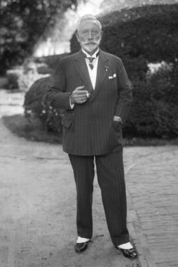 威廉二世穿着便服用香烟,1933年