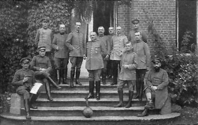 Stab der 13. Division vor dem Schloß in Marquillies. In der Mitte der Kommandeure Generalleutnant von dem Borne