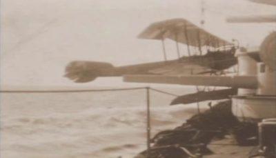 L'aereo da ricognizione di SMS Goeben viene sollevato di nuovo a bordo