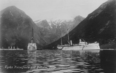 Императорская яхта Гоенцоллерн в 1907 с сопутствующим крейсером СМС Кенигсберг и СМС Слайпнер в поездке Севера