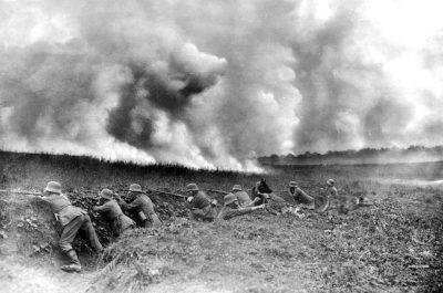 在战斗期间,德国士兵派遣信号狗