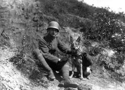 Немецкий солдат и собака