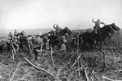От лошадей подтянутую немецкую артиллерию