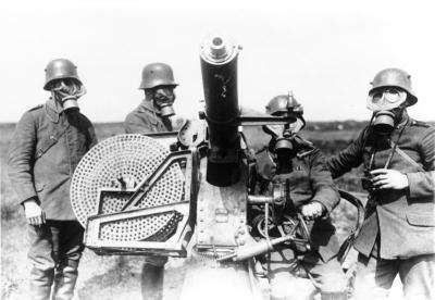 Artilleurs allemands avec le canon antiaérien Maxim M14