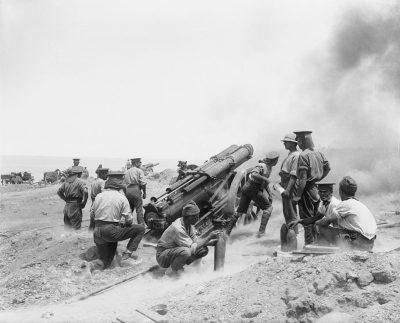 60 Пфюндер орудие при полной отдаче во время боя в мысе Светлое в битве Галлиполи, июня 1915
