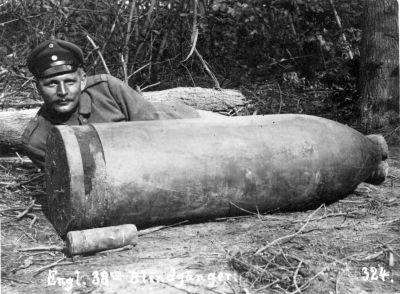 Un soldato tedesco in posa accanto a un guscio inesploso di un obice da 15 pollici