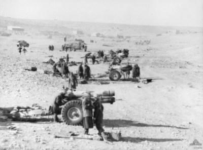 Un obice BL 6 pollici 26 cwt obice durante la battaglia di Tobruk nel gennaio 1941