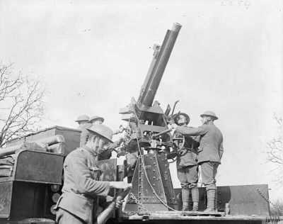 1918年3月13日在康布雷举行的QF 13磅重的9英尺高的AA炮