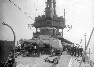 Vista del cannone pesante frontale della HMS New Zealand
