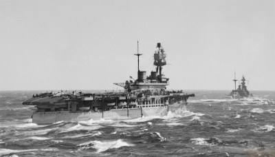 L'HMS Eagle insieme all'HMS Malaya il 7 marzo 1942