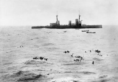 L'HMS Inflexible nel salvare i sopravvissuti dell'SMS Gneisenau