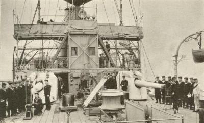 Deux canons à l'arrière du HMS Hermes