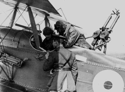 L'equipaggio di una Royal Aircraft Factory R.E.8 riceve le ultime istruzioni prima del decollo