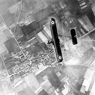 Un Royal Aircraft Factory F.E.2b survolant le front occidental