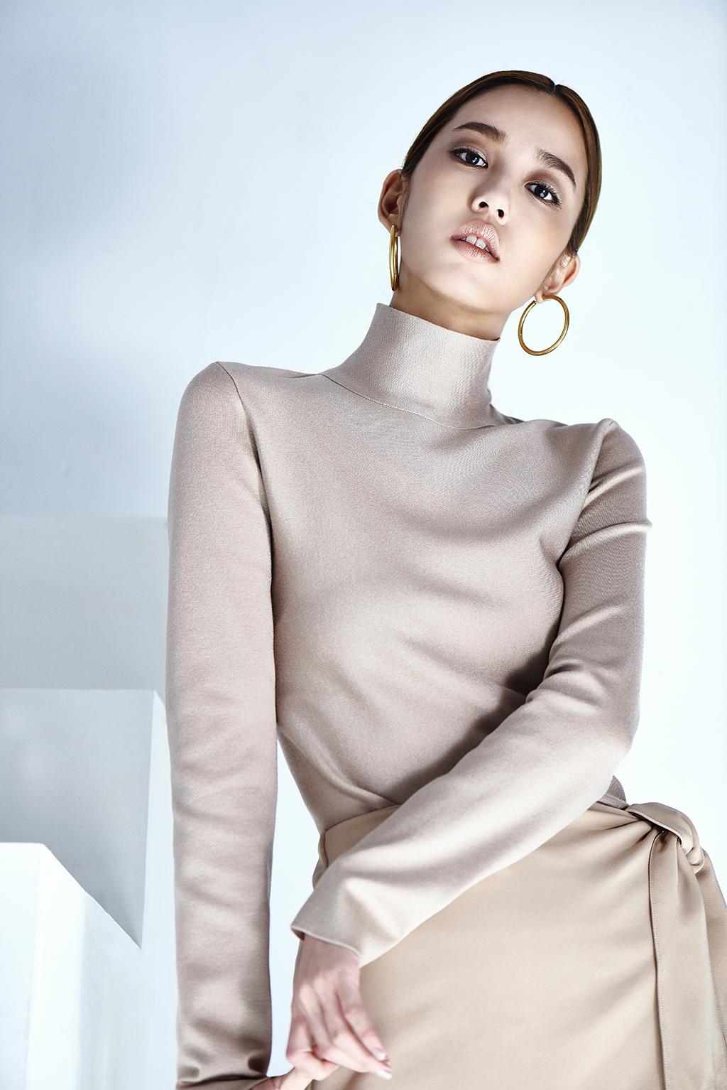 高領棉質上衣、不規則綁帶短裙、造型耳環ALL BY CÉLINE