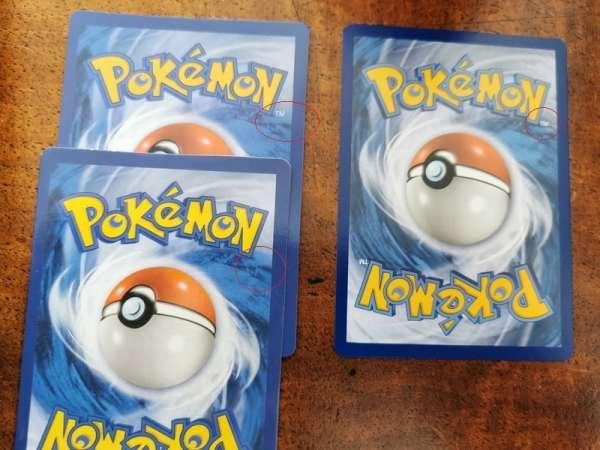 Des dos de cartes Pokémon avec des erreurs.