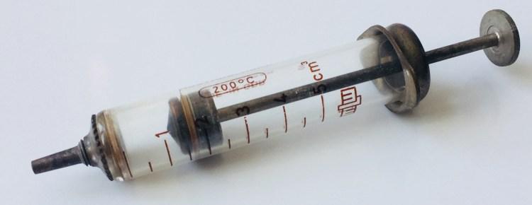 Sprøyte for vaksiner fra Ungarn laget på 70-tallet. Foto: Miriam Sare