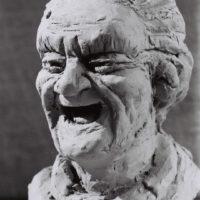 La première impression est celle de la joie, mais l'absence de dents rappelle la déchéance liée à la vieillesse