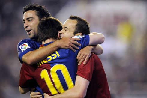 cristiano-ronaldo-457-barcelona-team-hug-between-xavi-messi-and-iniesta-in-2012