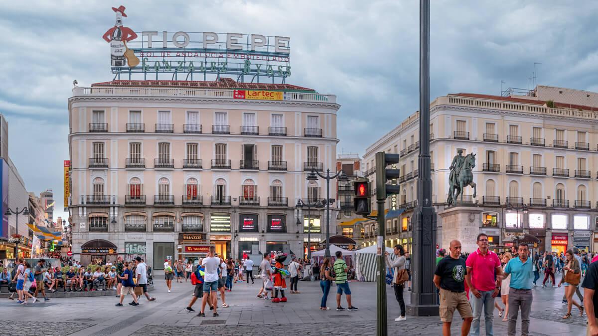 Puerta del Sol al centro de Madrid con muchas personas caminando