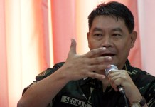 """Brigadier General Cesar Sedillo, Assistant Division Commander of the 6th Infantry Division answers questions from members of the Congressional Committee on Human Rights during a public hearing in Davao City on Friday, November 9. Sedillo was questioned regarding the killing of Italian missionary Fr. Fausto """"Pops"""" Tentorio in Arakan, North Cotabato last year. Arakan is under the 6th ID. MindaNews Photo by Ruby Thursday More"""