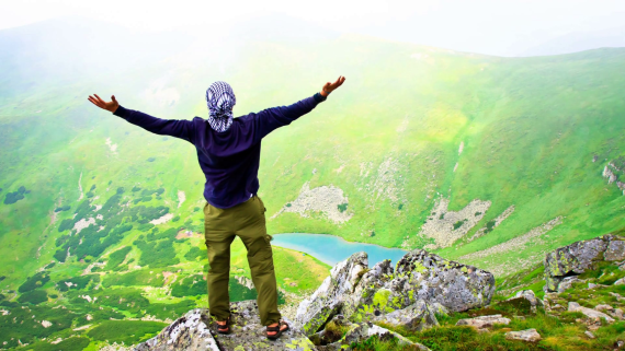 beautiful-mountain-landscape-with-lake-in-carpathian-mountains-young-man-standing-on-the-top-with-raised-hands-slow-motion-4k-footage_bjj53urde_thumbnail-full01