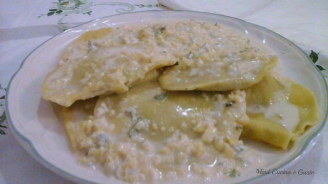 Ravioli ripieni di radicchio ricotta crema di gorgonzola e mandorle