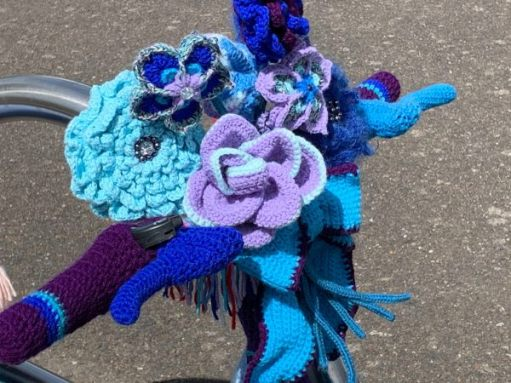 Yarnbomb Sisters - knitted bicycle with handlebar flowers.