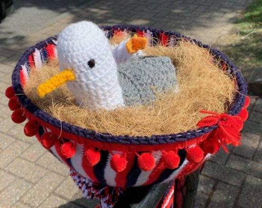 Yarnbomb Sisters - knitted bicycle - bird in a nest!