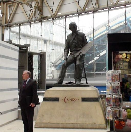 Statue of Cuneo at Waterloo Station befored removal.