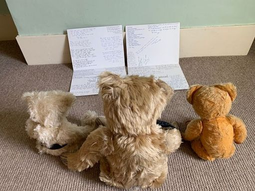 The bears reading the leaving cards.