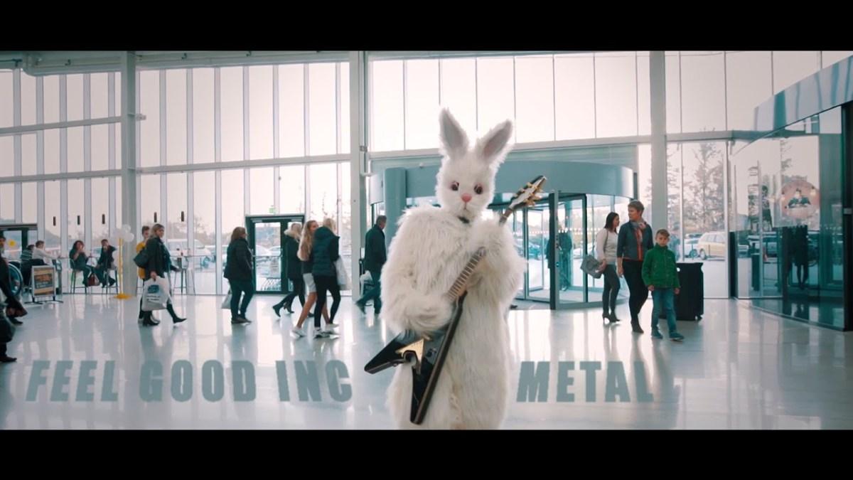 """Ein richtig gutes Metal-Cover zum Mittag: Leo Moracchioli spielt """"Feel Good Inc."""" von den Gorillaz in einem Hasenkostüm"""