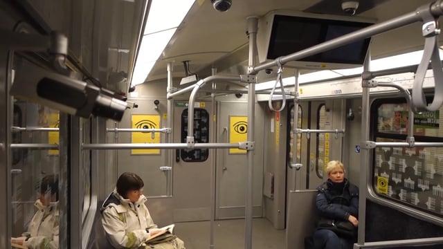 Das Künstlerkollektiv Rocco und seine Brüder installiert 32 Überwachungskameras in einem U-Bahn-Waggon