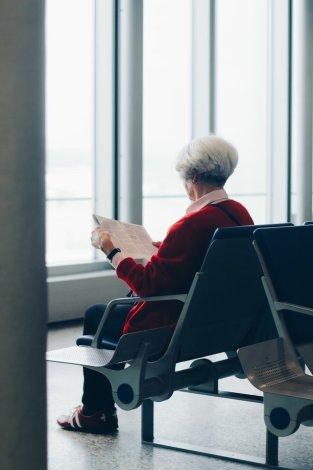 Jos hän nyt lukisi, että alaselkäkipu johtuu kulumista ja ikääntymisestä tai että istuminen tai aamuisin siivoaminen pahentaa sitä - saavutettaisiinko tällä jotain positiivista?