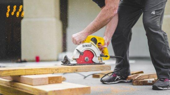 Raskaiden työkalujen käyttö tai toisaalta myös kevyt toistotyyppinen työskentely voivat altistaa tenniskyynärpääkivuille.