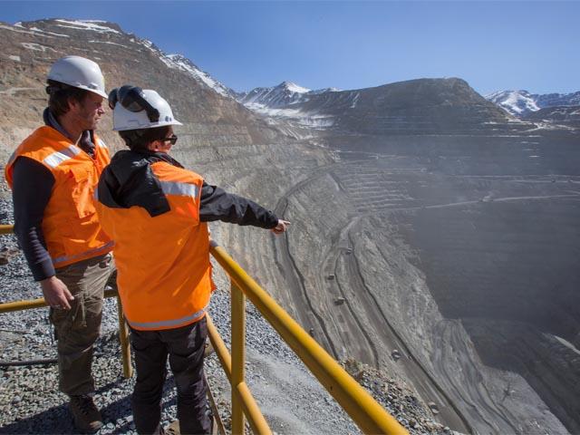 Sueldos de profesionales mineros se reducen en hasta 18%