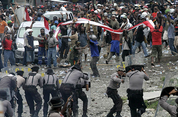 https://i2.wp.com/www.minesandcommunities.org/files/2011/Strike_Freeport_Indonesia_Papua_copper.jpg