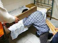 酷刑演示:板子砍脖子