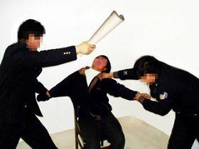 酷刑演示:纸棍抽打