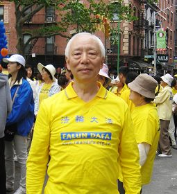台湾著名中医师胡乃文在曼哈顿中国城游行现场