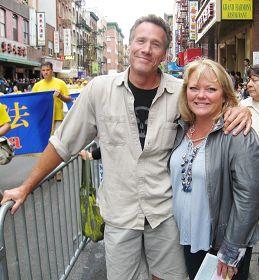 圣地亚哥建筑师凯莉与男友雷在观看曼哈顿法轮功大游行