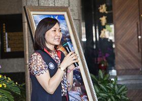"""图10:高雄市议员陈丽娜说:""""每次看画展都会提醒自己要不断自省。"""""""